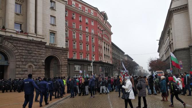 """Протест пред МС срещу новите мерки срещу коронавируса, скандирания """"Оставка"""", """"Изверги"""" и """"Убийци"""""""