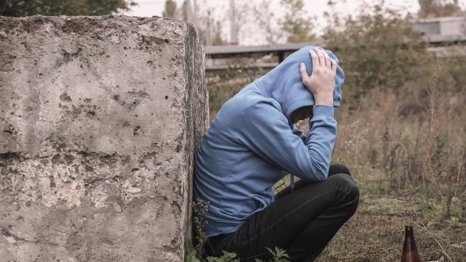 21-годишен тормози цяло село - не си тръгва от домовете на хората, докато не получи алкохол