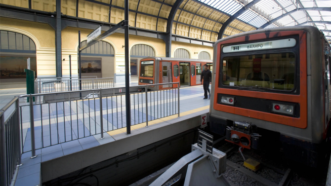 Транспортна стачка в Гърция спира метрото в Атина и корабите