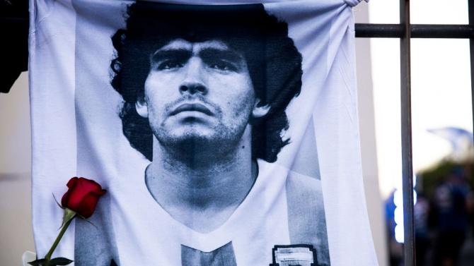 Тленните останки на Диего Марадона бяха транспортирани в президентския дворец