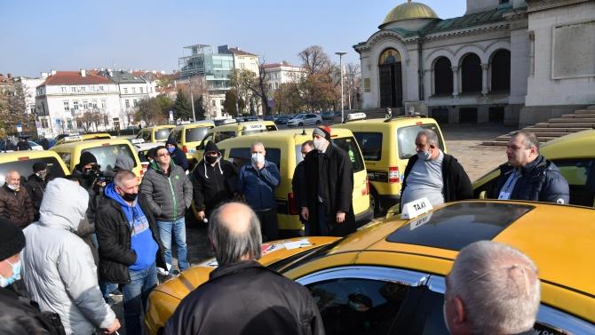 Таксиметрови шофьори на протест в София с искане за помощ за бизнеса си