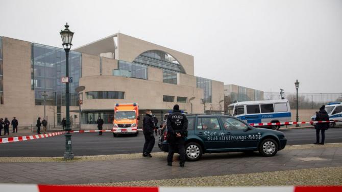 Освободиха шофьора, блъснал колата си във входа на канцеларията на Ангела Меркел