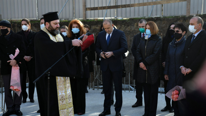 Радев, Йотова и Фандъкова участваха в церемонията по вграждане на темелния камък на новостроящ се храм в София
