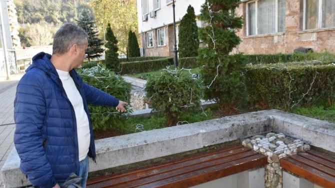 Вандали унищожиха част от коледната украса в Ловеч