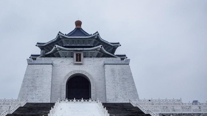 Тайвански депутати са замервали свой колега със свински черва, предаде