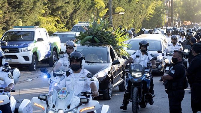 Трима мъже шокираха света със селфи с трупа на Марадона