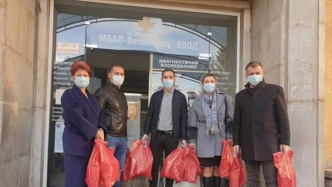 Депутатът от ГЕРБ Димитър Гечев и кметът на Велинград дариха пакети с храна на екипа в COVID-отделението на общинската болница