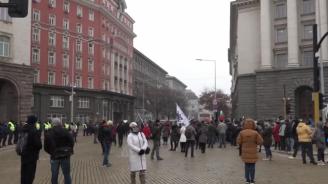 НА ЖИВО: Протест пред Министерски съвет срещу новите мерки срещу коронавируса