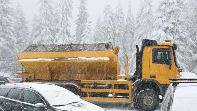 Пътят от Разград към Попово е затворен временно за движение заради аварирал автобус
