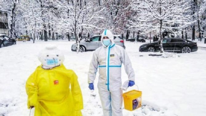 Снежен човек със защитно облекло се появи в двора на ВМА