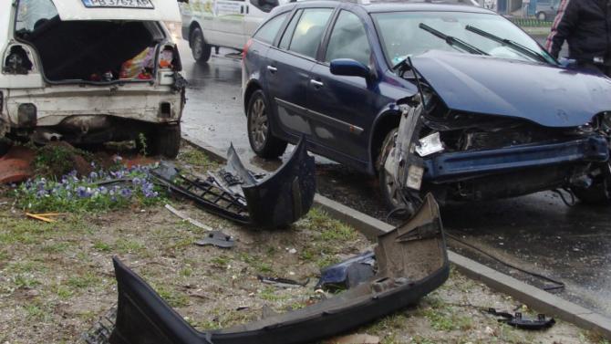 18-годишна катастрофира и рани човек в Кюстендилско