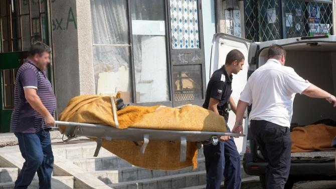 Безжизнено тяло зад залостена врата откриха полицаи