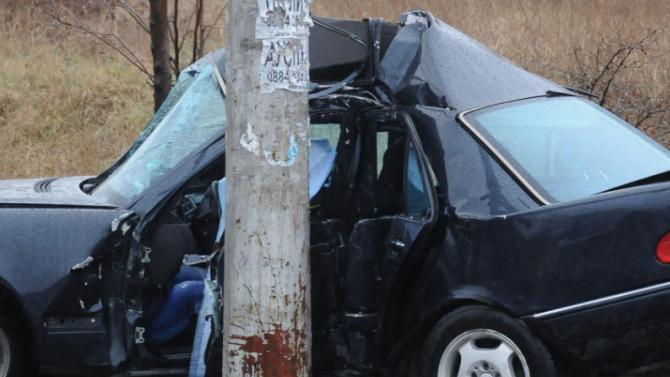 Перничанин катастрофира в уличен стълб и рани приятел
