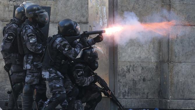 Въоръжена група от около 30 души обра през изминалата нощ