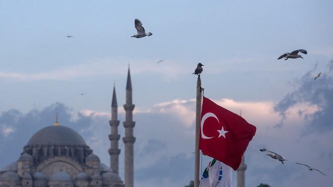 По обичайно препълнените булеварди на 15-милионния Истанбул снощи нямаше никой.