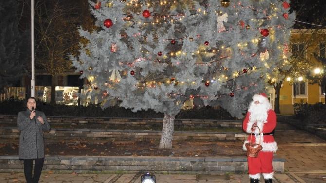 Грейна празничната елха и в Момчилград