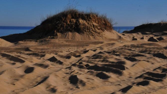 Строителството край брега на морето не спира и в разгара