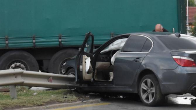 Възрастен мъж е тежко ранен след удар между кола и ТИР