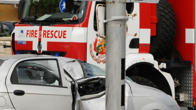 18-годишен заби колата си в стълб и рани приятел в Смолян