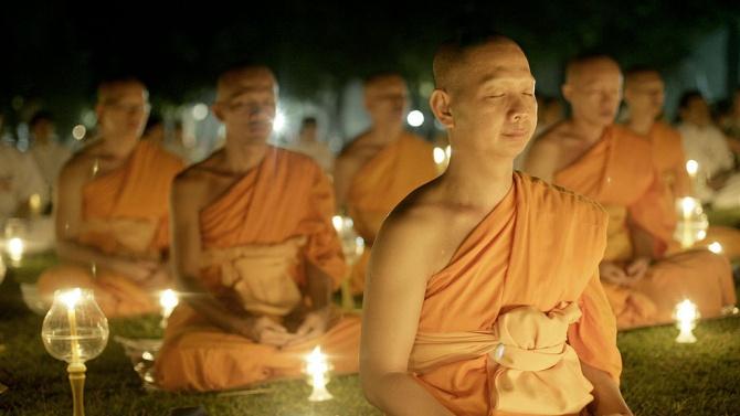 Будистки монах се грижи за застрашени змии в манастир