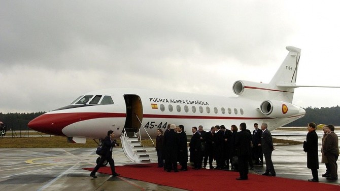 Членове на испанското кралско семейство заминават при бившия крал на страната