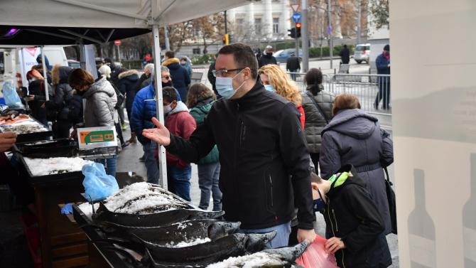 Столичани се радват на рибен пазар за Никулден