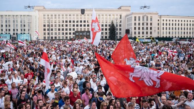 Хиляди излязоха на демонстрации срещу Лукашенко в Беларус, над 300 са задържаните