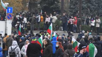 150-ти ден на антиправителствен протест в София, гнили тикви полетяха към Министерски съвет