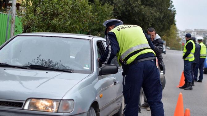 25-годишен без книжка едва не премаза пътен полицай