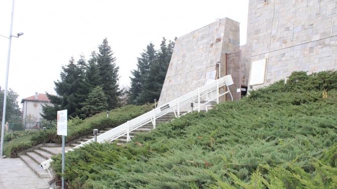 """Монументът """"Света Богородица"""" в Хасково вече достъпен и за хора с увреждания"""