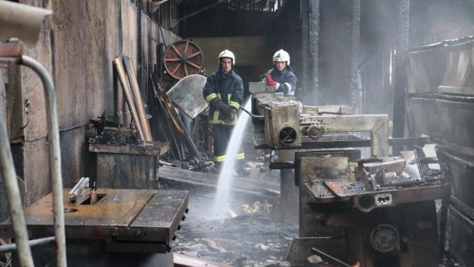 Пожар изпепели склад за строителни материали във Варна