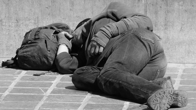 Бездомник лежи в безпомощно състояние с часове на стълбите, няколко часа търсят помощ (18+)