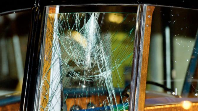 Потрошиха  стъклата на четири автомобила в Търново