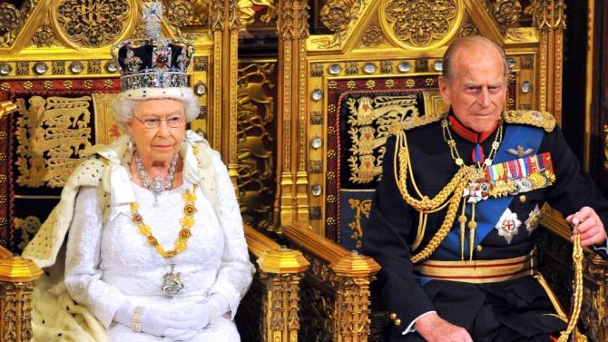 Коледни картички на кралица Елизабет Втора и принц Филип на търг