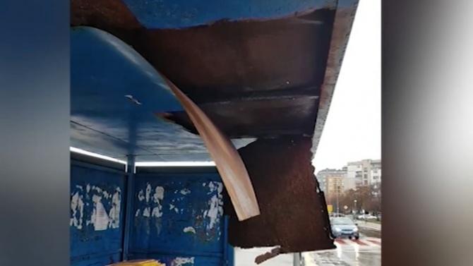 Спирка на градския транспорт рухна върху главата на жена в