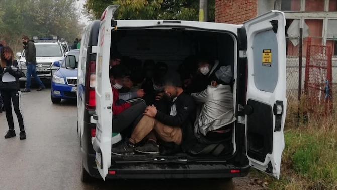 Спипаха 13 нелегални афганистанци край Свиленград, българин им помагал
