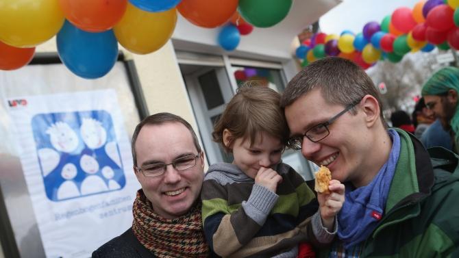 Унгария забрани на еднополовите двойки да осиновяват деца