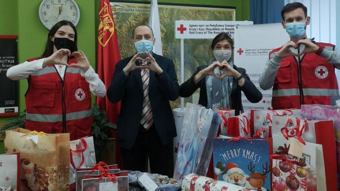 Посолството ни в Република Северна Македония дари подаръци  за деца без родители, настанени в приемни семейства