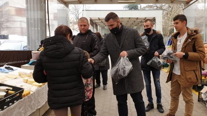 """Новаков, депутати и младежи от ГЕРБ раздаваха предпазни маски с послание """"Това не е маска. Това е грижа"""""""