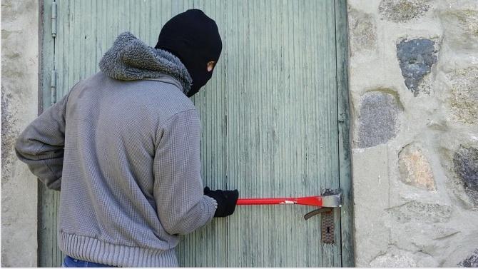 Маскирани ограбиха дом в Кюстендил, собственикът бил в банята