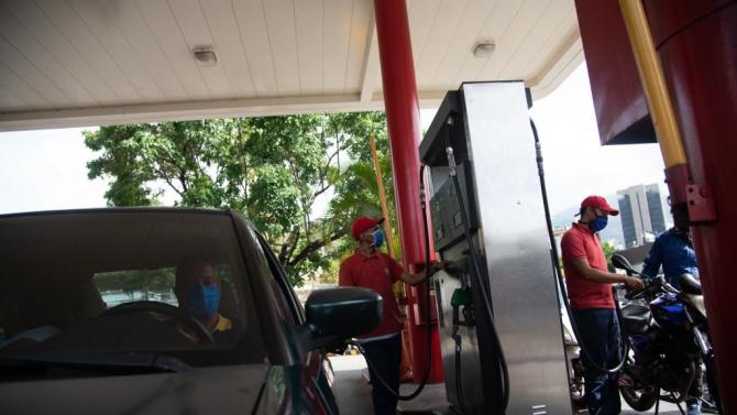 Петролът поевтиня в азиатската търговия