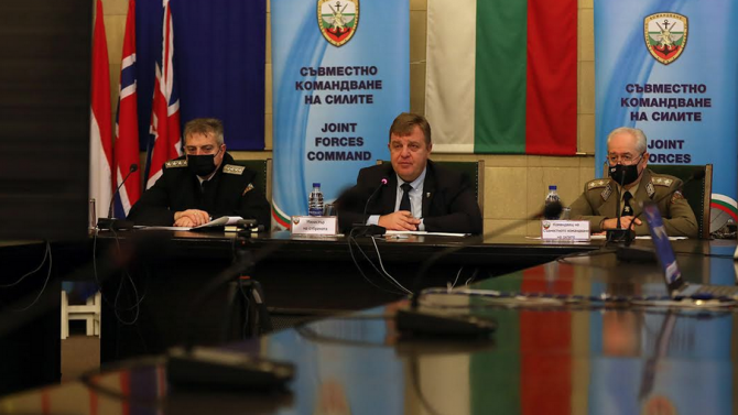 Каракачанов и адмирал Ефтимов поздравиха за празниците военнослужещите зад граница