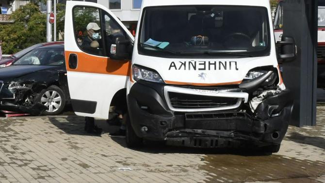 Кола и линейка се сблъскаха челно край Владая