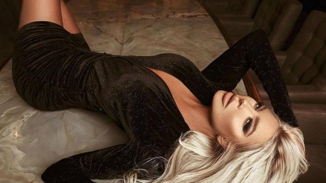 Андреа нажежи страстите със секси снимки от леглото