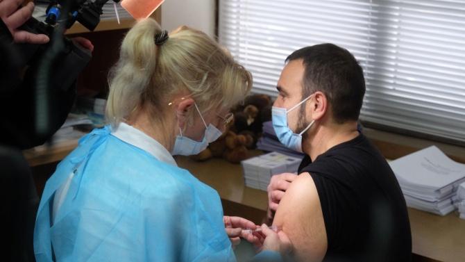 Първият ваксиниран лекар във Варна и областта е д-р Веселин
