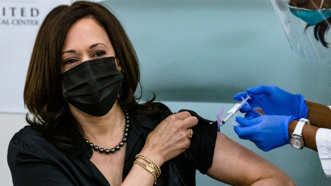 И Камала Харис се ваксинира срещу COVID-19