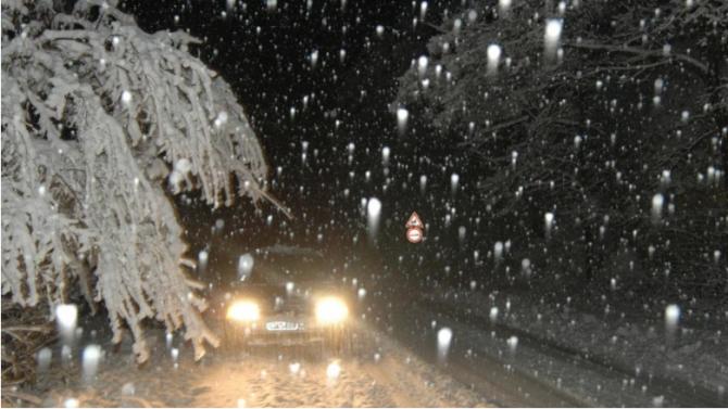 """Обилен снеговалеж спря движението на тирове през прехода """"Предел"""""""