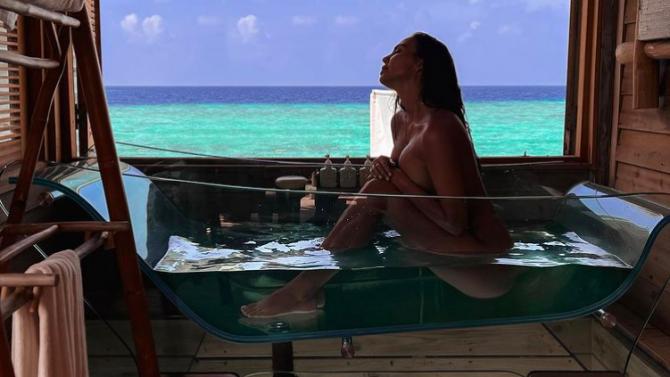 Ни Ло отново нагорещи мрежата с ето тези голи снимки от Малдивите