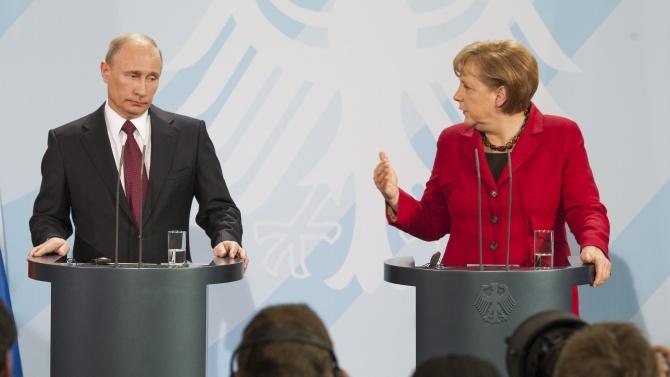 """Путин и Меркел обсъдиха """"съвместно производство на ваксини"""" срещу COVID-19"""
