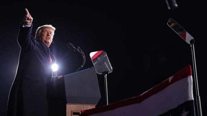 Доналд Тръмп подписа указ, с който забрани трансакциите с осем китайски приложения